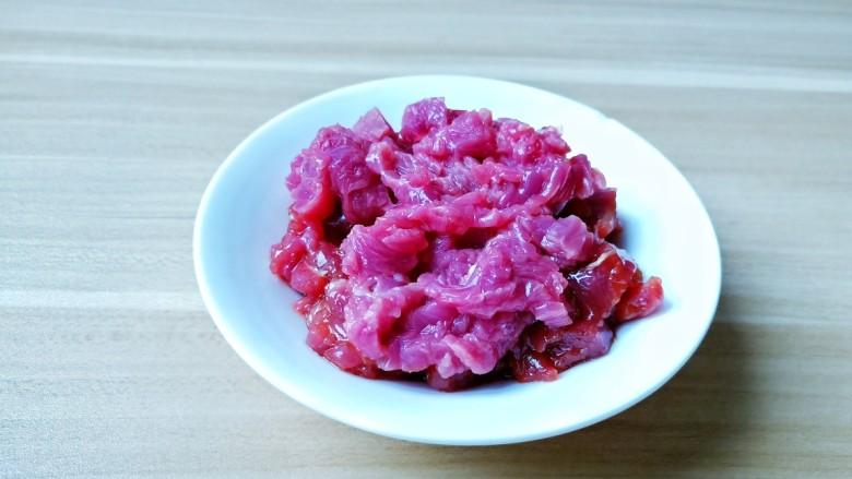 苦瓜炒牛肉,牛肉横着切细丝。