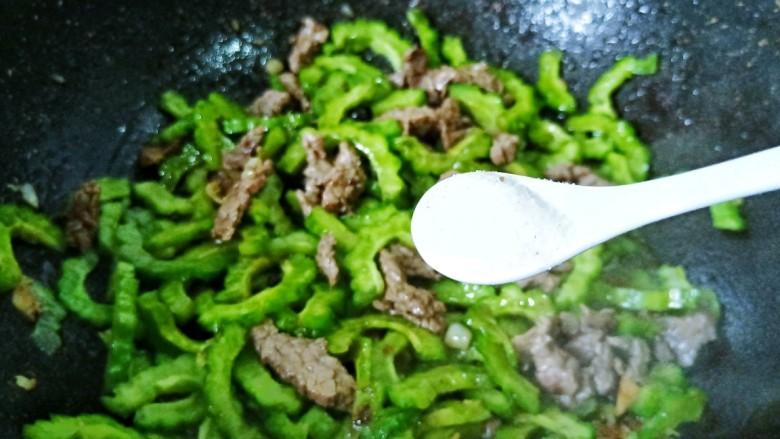 苦瓜炒牛肉,加一点盐、生抽调味,翻炒均匀出锅。