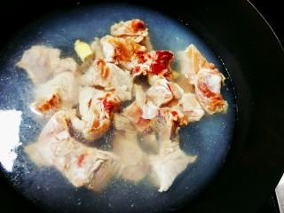 排骨玉米汤,水中加两块姜片,排骨入水