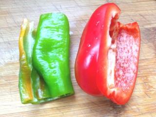番茄虾仁西蓝花,青红椒洗净去仔