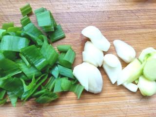 番茄虾仁西蓝花,葱,姜,蒜,切好备用