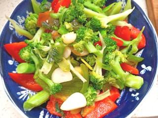 番茄虾仁西蓝花,先放入虾仁在碗底,碗边摆上青红椒,中间倒入西蓝花