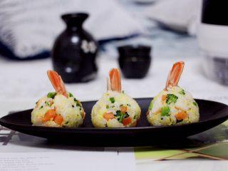阿根廷红虾时蔬二米饭团,依次做好所有的饭团后,就可以享用了。