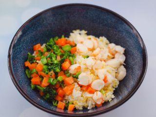 阿根廷红虾时蔬二米饭团,把蒸好的二米饭,放入一个大一点的容器里,上面放入焯过水的胡萝卜和西兰花,切丁的红虾。