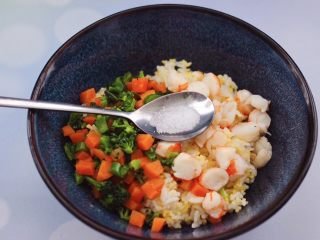 阿根廷红虾时蔬二米饭团,根据个人喜好口味,加入适量的盐调味。