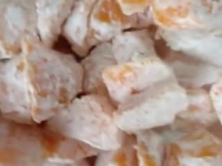 拔丝地瓜,撒上玉米淀粉沾裹均匀
