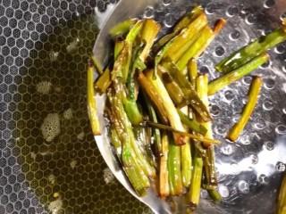 葱油拌面,小火炸干炸香捞出葱段