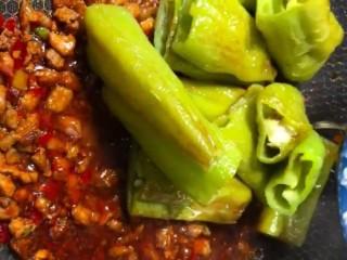 虎皮青椒,放入辣椒小火烧至入味