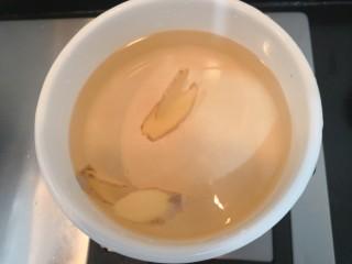 猪心汤,把1000克水倒入锅中,放入姜片,料酒,糖