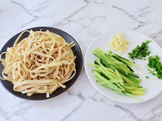 凉拌豆皮,豆皮洗净从一边卷起来,再切成条状,青瓜洗净切成丝,蒜切末,葱切葱花,香菜切寸段