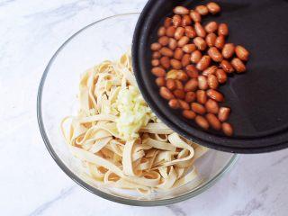 凉拌豆皮,炸熟后连同油一起浇倒在蒜末上爆出香味
