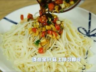 天气越来越热可以试试这道清凉爽口的小菜,浇在金针菇上拌匀即可。