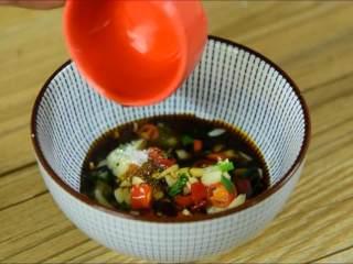 天气越来越热可以试试这道清凉爽口的小菜,倒入碗中,加入盐、糖、生抽、醋拌匀。