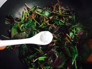 清炒红苋菜,加入适量盐