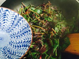 清炒红苋菜,沿着锅边淋入少许热水翻炒至断生