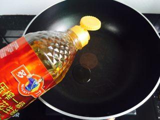 清炒红苋菜,锅中倒入适量花生油加热至七成热