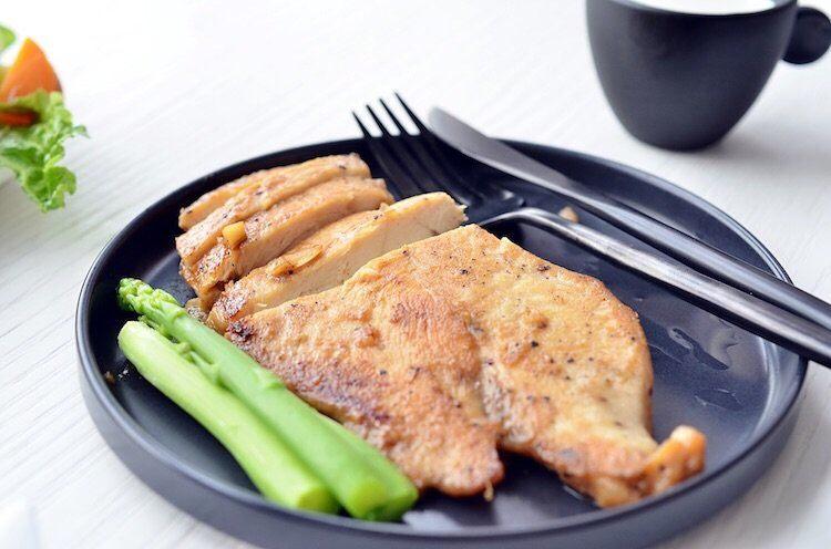 蒜香蜜汁黑椒鸡排,煎好的鸡胸肉稍微放凉后再切,趁热切汤汁都流出来了。切好摆盘。