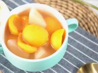 夏天喝一碗雪梨枇杷甜汤,清新解暑又美容,让你清凉一夏!,拌匀煮至冰糖完全融化即可