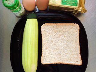 水波蛋西葫芦吐司,准备好食材。全麦面包、西葫芦、鸡蛋、黄油、黑胡椒粉。