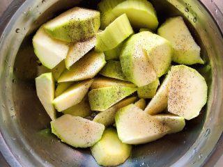 水波蛋西葫芦吐司,西葫芦滚刀切块儿放入盆中。西葫芦撒上盐、黑胡椒粉,翻转均匀,腌制5分钟。