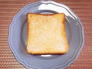 水波蛋西葫芦吐司,面包片取出待用。