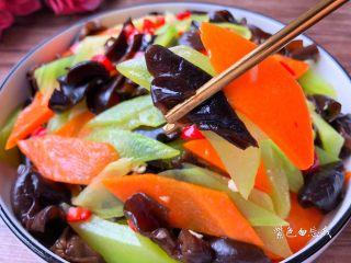 凉拌莴笋木耳,用筷子搅拌均匀,盛到碗里即可,美味的凉拌莴笋木耳做好了,超级的开胃哦。