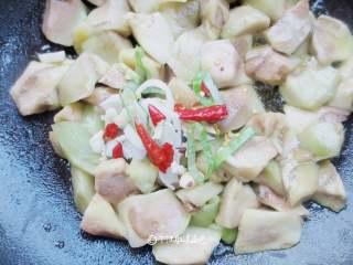 青椒烧茄子(少油秘诀),茄子变软之后,放入葱蒜、干辣椒翻炒出香味