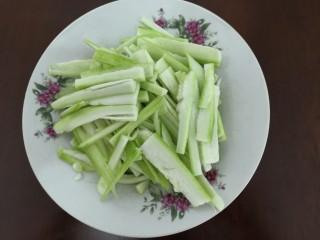 蛋白丝瓜枸杞汤,把切条的丝瓜,装盘备用