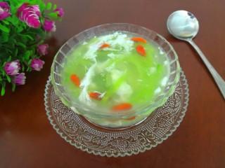 蛋白丝瓜枸杞汤,把麻油搅拌均匀,即可上桌开吃