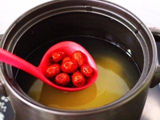 红薯百合红枣小米粥,再放入浸泡后,洗净的红枣。