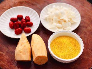红薯百合红枣小米粥,首先备齐所有的食材,红薯去皮后洗净,把新鲜百合摘洗干净。