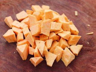 红薯百合红枣小米粥,把红薯用到切成块状。