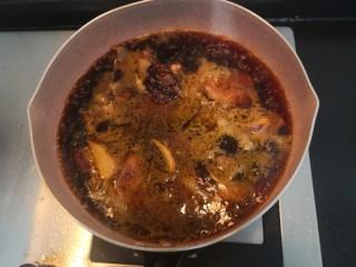 莴笋芋头焖鸡,倒入老抽,生抽,糖,盐,25g料酒,加水没过鸡块,大火烧煮,滚开后,关小火焖30分钟