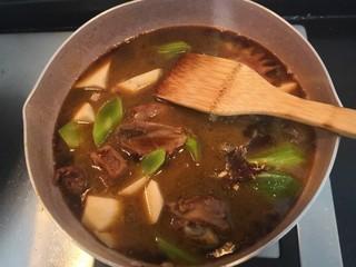 莴笋芋头焖鸡,搅拌均匀,再次大火烧煮滚开,关小火焖10分钟