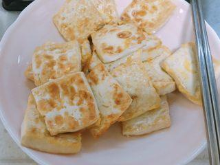 葱香鸡蛋豆腐,两面都煎好先装起来