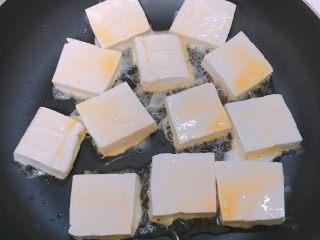 葱香鸡蛋豆腐,放入裹着蛋液的豆腐煎