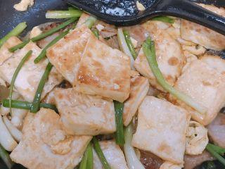 葱香鸡蛋豆腐,把豆腐放入锅里翻炒均匀即可