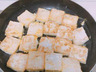 葱香鸡蛋豆腐,豆腐煎至金黄色翻面