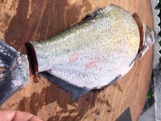 剁椒扁鱼,准备一条扁鱼杀洗干净,剪去鱼鳍切去头切去鱼尾