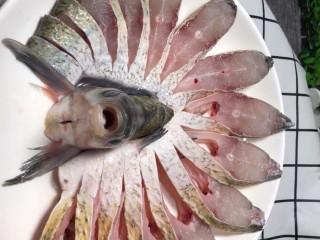 剁椒扁鱼,摆在盘中