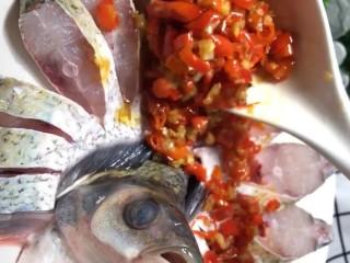 剁椒扁鱼,放入调好的剁椒酱