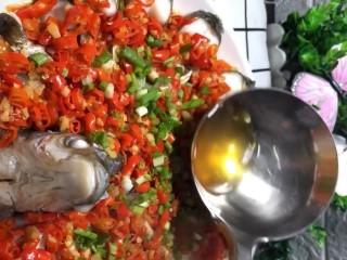 剁椒扁鱼,出锅撒上葱花,蒸鱼豉油,最后琳上热油即可