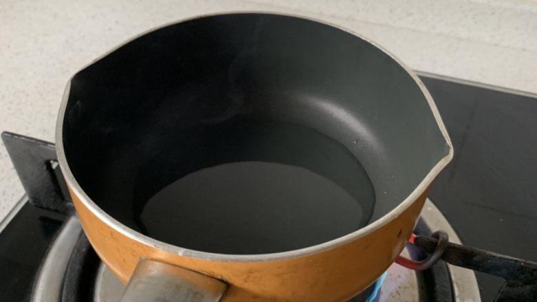 凉拌茄子,小锅中放少许油,加热至冒烟