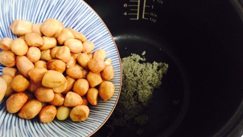 红枣花生黑小米粥,花生清洗干净沥干水分倒入电饭煲内胆