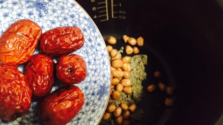 红枣花生黑小米粥,红枣清洗干净倒入电饭煲内胆