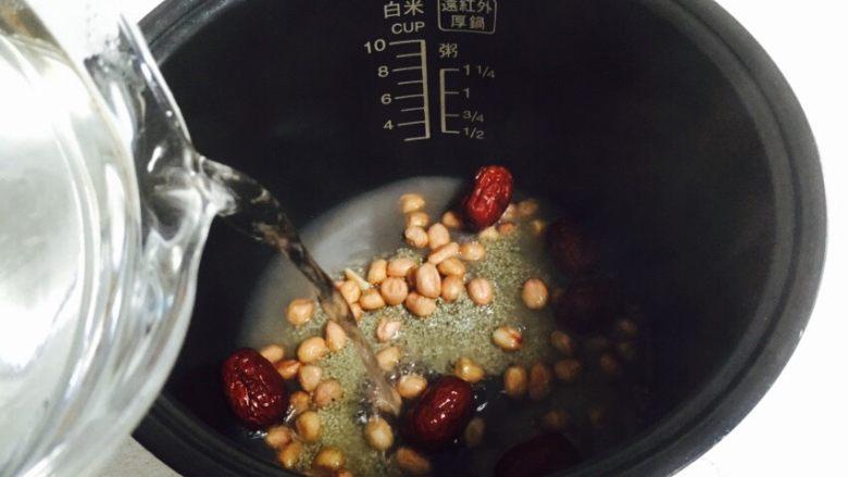 红枣花生黑小米粥,倒入热水