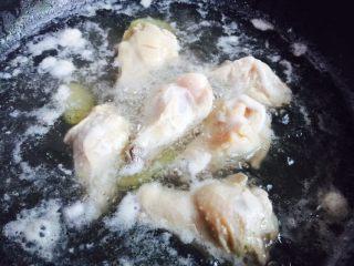秘制红烧鸡腿,大火烧开煮五分钟再将鸡腿捞起清洗干净