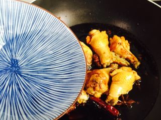 秘制红烧鸡腿,加入小半碗清水