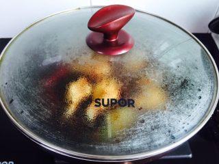 秘制红烧鸡腿,盖上锅盖大火烧开煮五分钟
