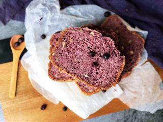 黑醋栗全麦吐司(面包机版),晾凉后切片。